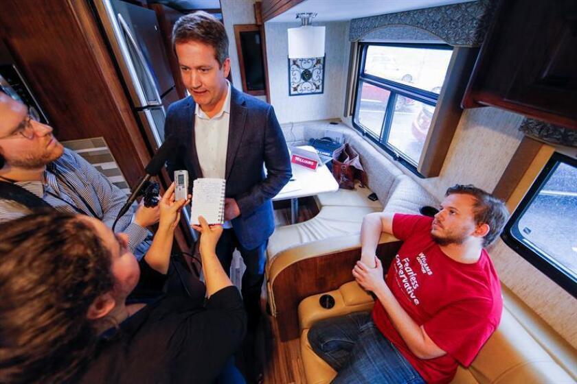 """El candidato a gobernador del Partido Republicano de Georgia, Michael Williams (c), habla con medios en el """"Deportation Bus"""" durante una parada en Clarkston (EE.UU.). EFE/Archivo"""