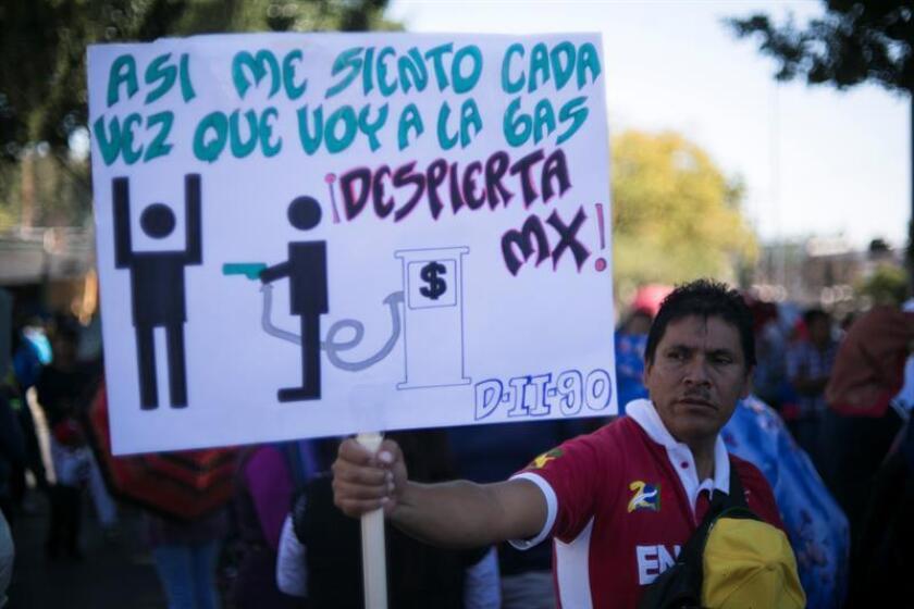 Las protestas contra el aumento del precio de los combustibles continuaron hoy en varios estados mexicanos, donde miles de ciudadanos expresaron su intención de seguir luchando contra una medida que, aseguran, repercutirá en la subida de otros bienes y servicios básicos. EFE