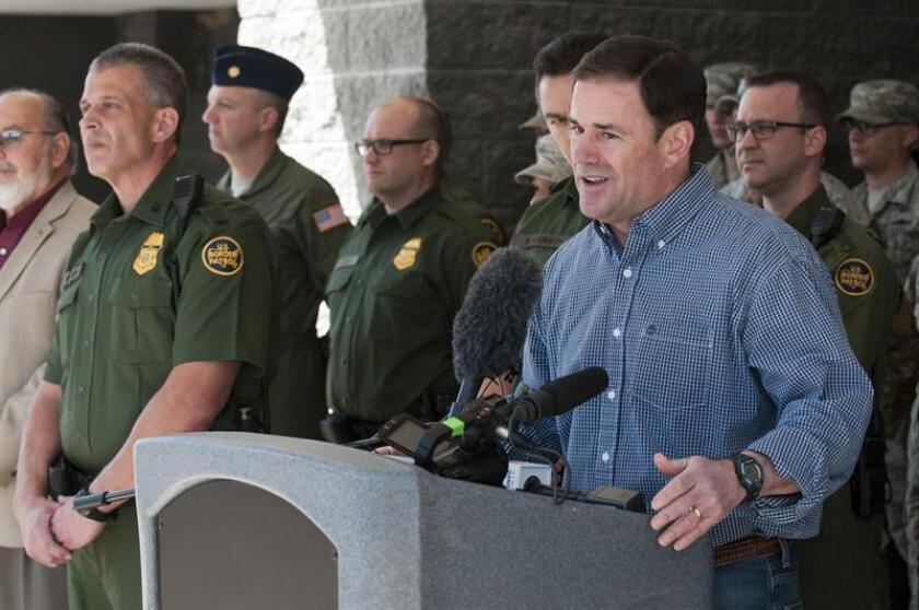El gobernador de Arizona, el republicano Doug Ducey (d), habla durante una conferencia de prensa. EFE/Archivo