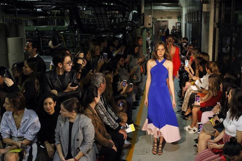 Modelos desfilaron hoy entre las rotativas del periódico El Universal en Ciudad de México con diseños del mexicano Kris Goyri en el marco de la Mercedes-Benz Fashion Week de México. EFE