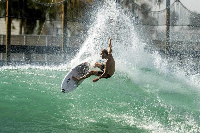 El portugués Frederico Morais durante una práctica para una justa de surf en Lemoore, California, el 15 de junio del 2021. Dos surfistas dicen que actuó de una forma desleal al esperar hasta último momento para informar que había contraído el COVID-19, privándolos de la oportunidad de tomar su lugar en los Juegos Olímpicos de Tokio. (AP Photo/Noah Berger, File)