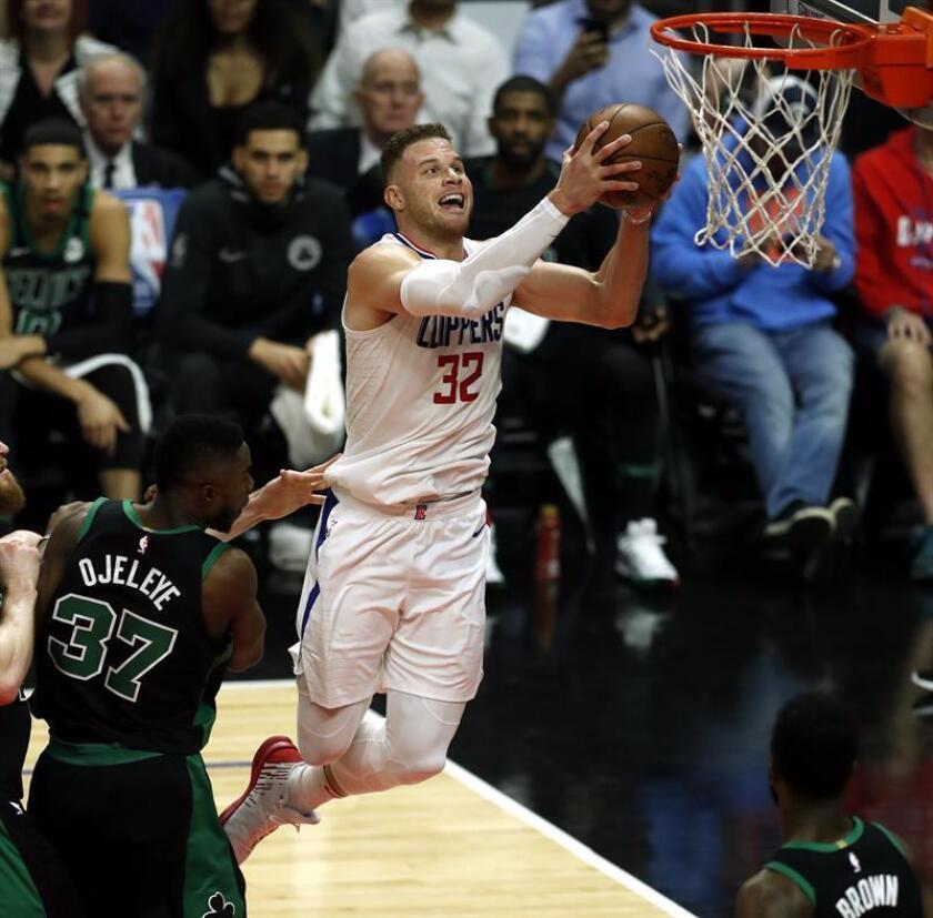 El jugador Semi Ojeleye (i) de Boston Celtics en acción ante Blake Griffin (d) de Los Ángeles Clippers durante un juego entre Boston Celtics y Los Ángeles Clippers de la NBA. EFE/Archivo