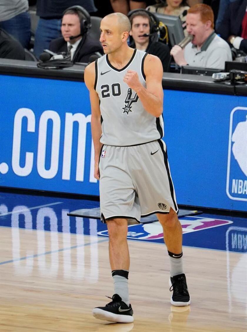 El jugador de los Spurs de San Antonio Manu Ginobili reacciona el 8 de diciembre de 2017, durante un partido de baloncesto de la NBA, entre los Celtics de Boston y los Spurs de San Antonio. EFE