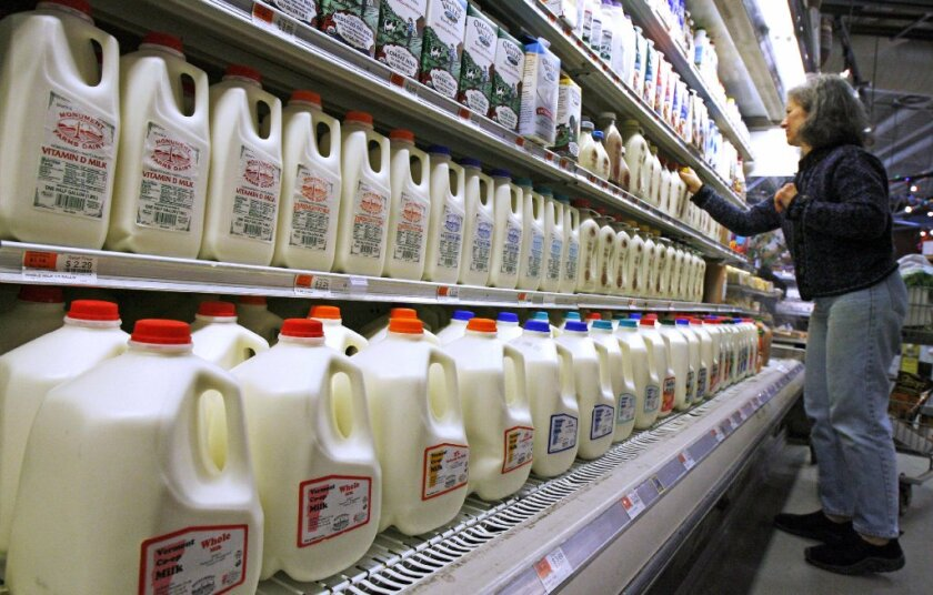 De 2 a 5 años: Siga con la leche y el agua, pero cambie a leche al 1 por ciento o desnatada. Una cantidad pequeña de jugo 100 por ciento es adecuada.