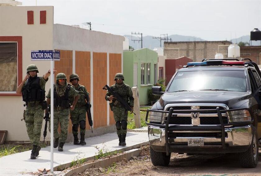 Miembros del Ejército Mexicano vigilan la zona donde fue asesinado Víctor Díaz Contreras, en la colonia Real de Mina, en el municipio de Tecalitlán Jalisco (México). EFE/Archivo
