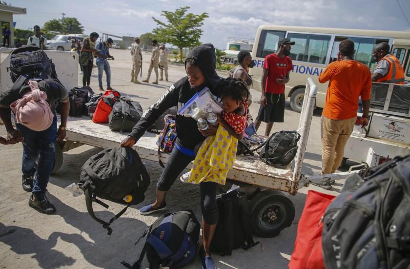 Haitianos que fueron deportados desde Estados Unidos llegan el domingo 19 de septiembre de 2021