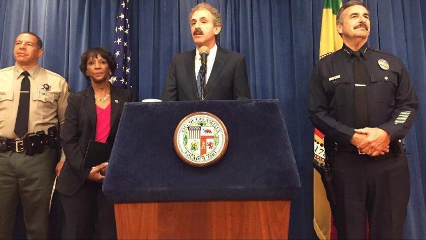 El fiscal de la ciudad de Los Ángeles, Mike Feuer, anunció que se tomarán acciones civiles contra miembros de una banda de supremacía blanca con sede en el Valle de San Fernando.
