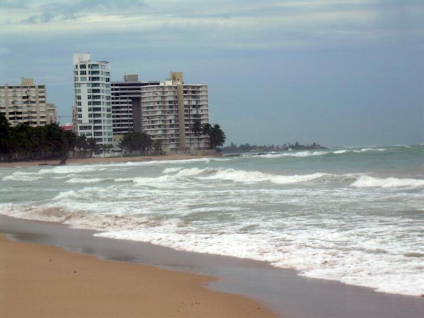 El Servicio Nacional de Meteorología (SNM) de San Juan emitió hoy un alerta de alto riesgo de resaca para las playas de la capital y el resto de la costa norte de la isla hasta la tarde de mañana, miércoles. EFE/Archivo