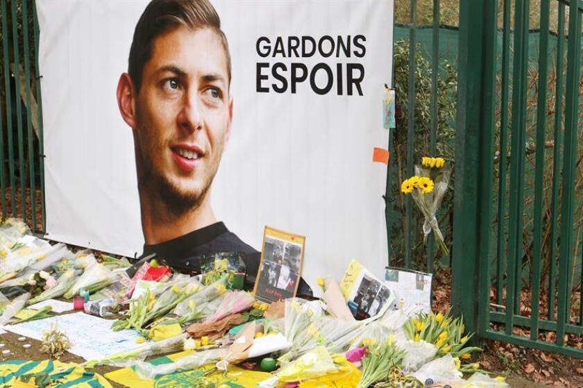 Vista del homenaje al jugador argentino Emiliano Sala en los campos de entrenamiento del FC Nantes, antes de una sesión este viernes en Nantes, Francia. EFE