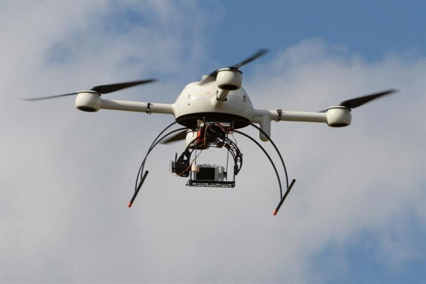 """El gigante del comercio electrónico Amazon realizó su primera entrega de paquetes usando un """"dron"""" (avión no tripulado), un servicio que espera extender en el futuro mediante su proyecto Amazon Prime Air. EFE/Archivo"""
