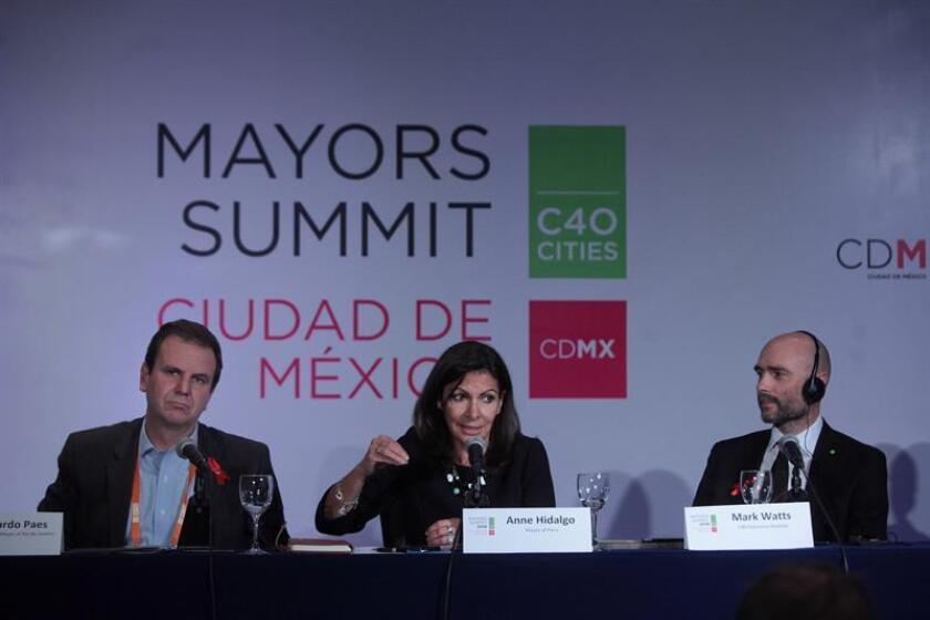 El alcalde de Río de Janeiro, Eduardo Paes, la alcaldesa de París Anne Hidalgo (c) y el director ejecutivo del C40, Mark Watss (d), participan en una rueda de prensa hoy, jueves 1 de diciembre de 2016, durante la Cumbre del Grupo de Liderazgo Climático C40, en Ciudad de México (México). EFE