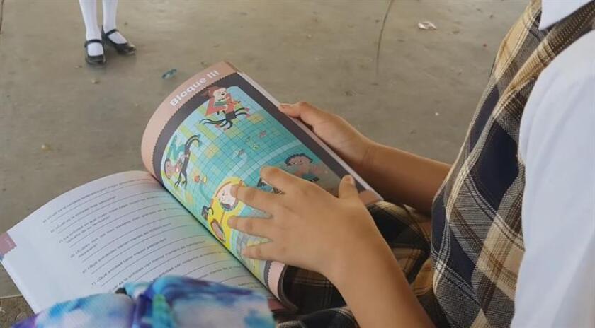 Una maestra mexicana fue acusada hoy por padres de familia de venderles los libros de texto gratuitos en una escuela del estado mexicano de Tamaulipas, en la frontera con Estados Unidos. EFE