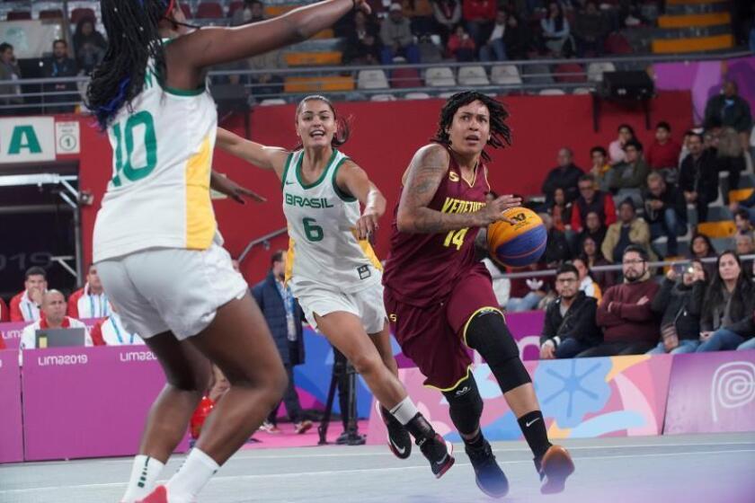 Fotografía de archivo de Carla Silva (c) de Brasil durante un juego de las preliminares del baloncesto Mujeres Brasil y Venezuela en los Juegos Panamericanos 2019, en Lima (Perú). EFE/ Christian Ugarte