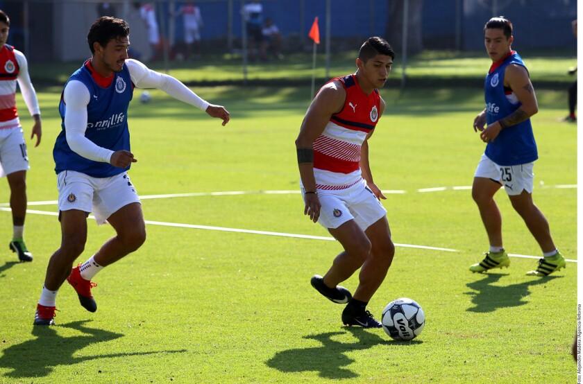 Alan Pulido (c) en el entrenamiento de las Chivas.