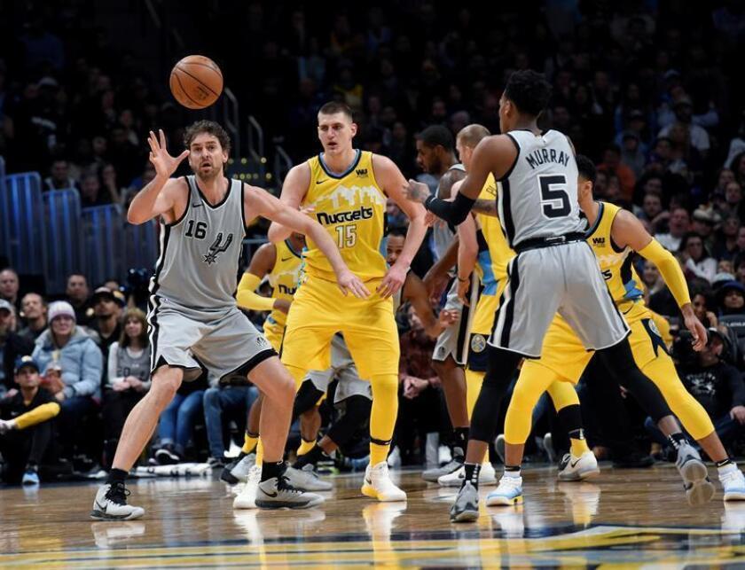 El pívot español de Denver Nuggets Pau Gasol (i) recibe un pase de su compañero Dejounte Murray (d) ante el pívot de Denver Nuggets Nikola Jokic (c) durante el último cuarto del partido de Liga Regular de la NBA que ambos equipos han disputado en el Pepsi Center de Denver. Los Nuggets se se impusieron a los Spurs por 122-119. EFE