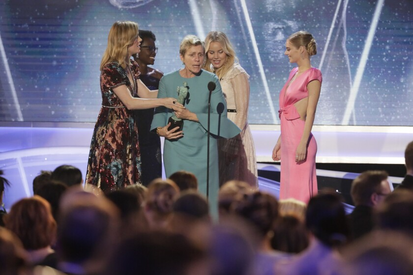 """Frances McDormand recibe el trofeo principal de los Premios del SAG gracias a la cinta """"Three Billboards Outside Ebbing, Missouri"""", que se convirtió en la máxima ganadora del evento que antecede al Oscar."""