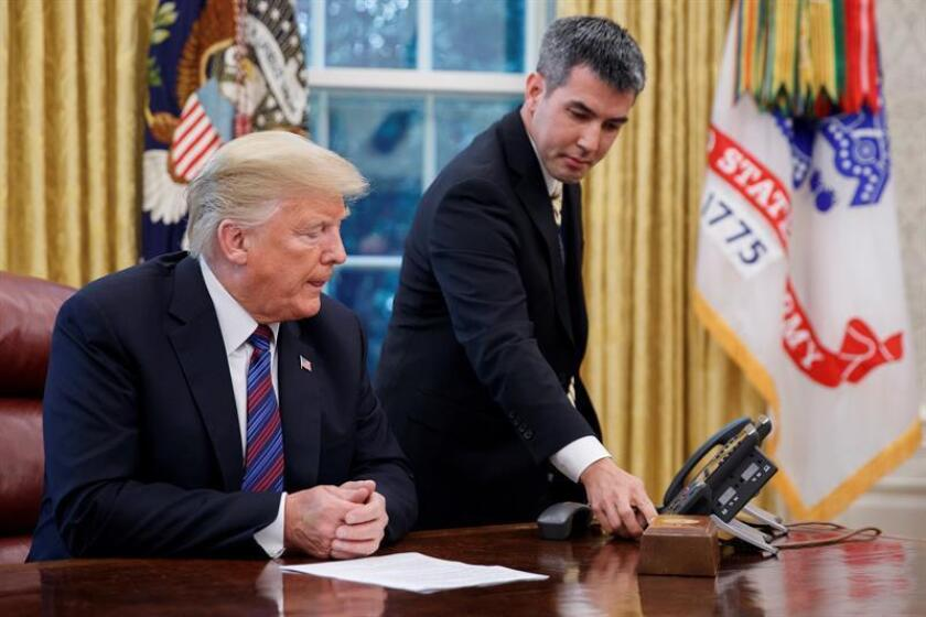 El presidente estadounidense, Donald J. Trump, inicia una comunicación con su homólogo mexicano, Enrique Peña Nieto, en el Despacho Oval de la Casa Blanca, en Washington, Estados Unidos, hoy, 27 de agosto de 2018. EFE