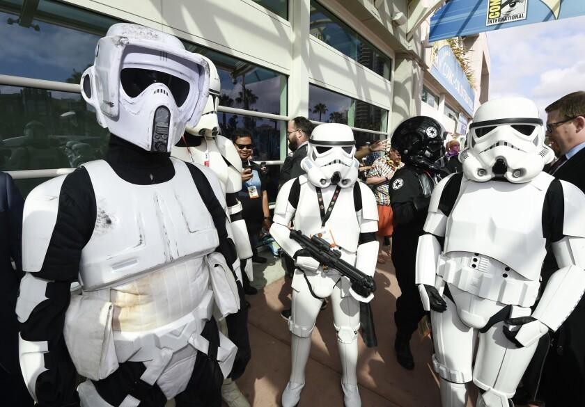 """""""Star Wars"""" films, parados frentea al Convention Center en el primer día del Comic-Con."""