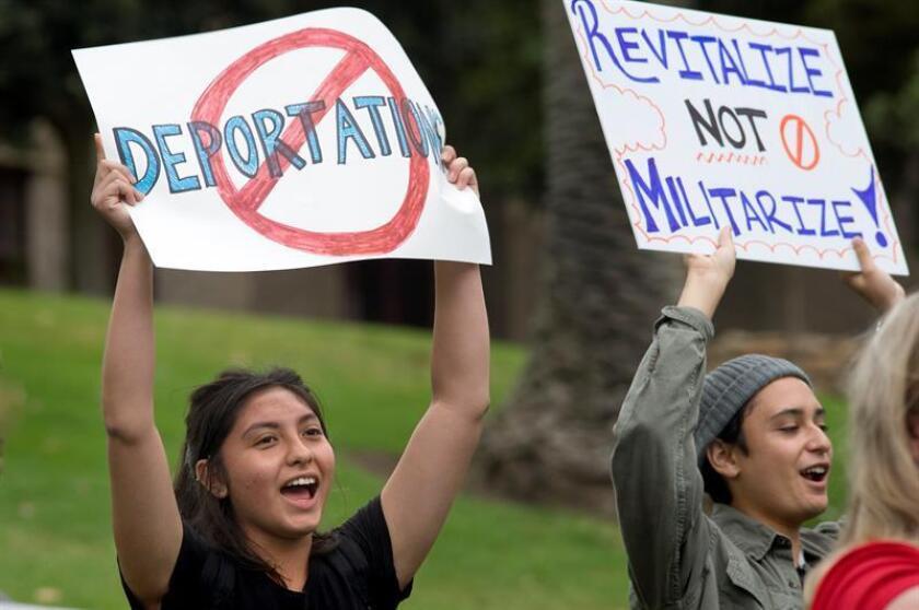 Decenas de personas marcharon hoy en Santa Ana, California, para pedir al Gobierno de Donald Trump que detenga la deportación del mexicano Gualterio Santos y todas sus políticas contra los indocumentados e inmigrantes. EFE/Archivo