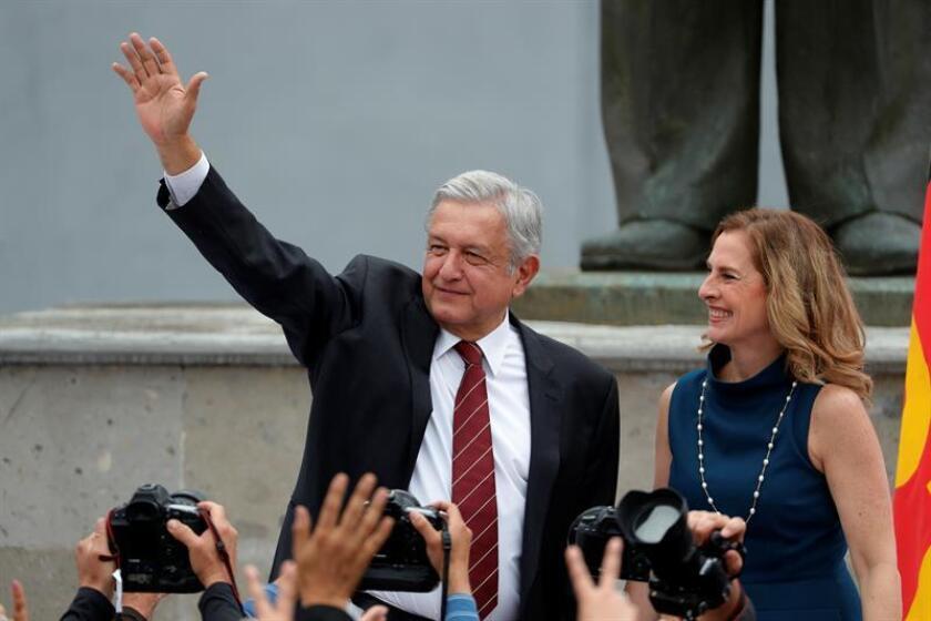 El líder izquierdista Andrés Manuel López Obrador (c), acompañado de su esposa Beatriz Gutiérrez (d). EFE/Archivo