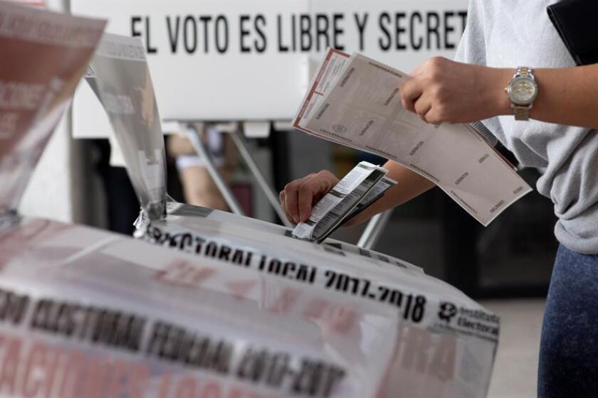 Vista de los ciudadanos que emiten su voto durante la jornada electoral el pasado domingo 1 de julio de 2018, en una casilla en la ciudad de Guadalajara, en el estado de Jalisco (México). EFE/Archivo