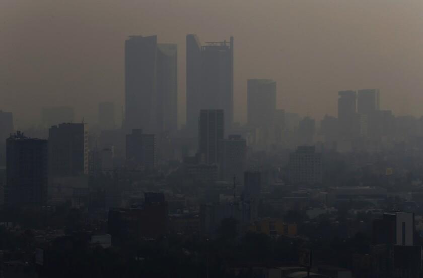 Esta fotografía del lunes 13 de mayo de 2019 muestra una nube de humo y contaminación sobre la Ciudad de México. (AP Foto/Marco Ugarte)