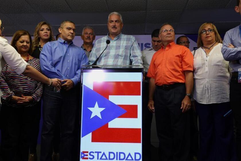 El presidente del Senado de Puerto Rico Thomas Rivera Scatz (c) habla durante una rueda de prensa. EFE/Archivo