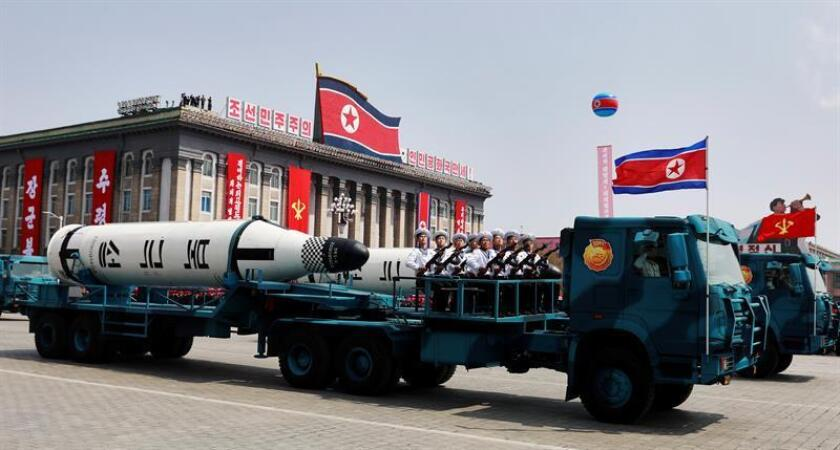 Un vehículo militar con dos misiles a bordo participa en un desfile por la festividad del Día del Sol en la plaza Kim Il Sung, en Pionyang (Corea del Norte), abril de 2017. EFE/Archivo