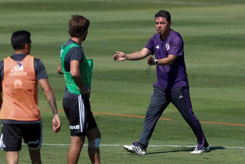 El entrenador de River Plate, Marcelo Gallardo (d), dirige un entrenamiento. EFE/Archivo
