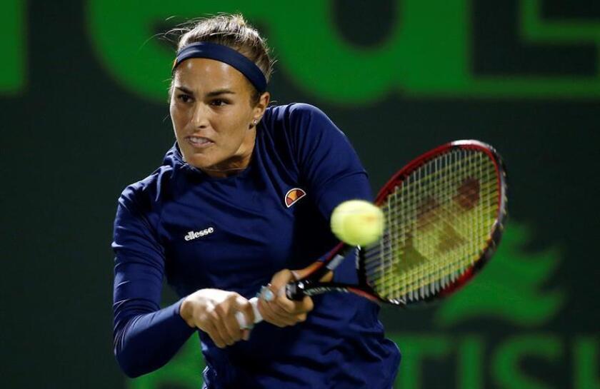 Monica Puig de Puerto Rico en acción ante Samantha Stosur de Australia hoy, miércoles 21 de marzo de 2018, durante un partido de tenis de la primera ronda del Abierto de Miami, en Miami (EE.UU.). EFE