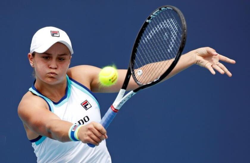 La tenista australiana Ashleigh Barty devuelve la pelota a la holandesa Kiki Bertens durante su partido. EFE