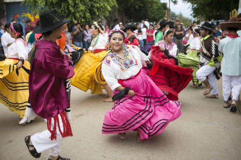 El evento se caracteriza por sus bailables tradicionales, obras artesanales, su gastronomía que comparte diferentes tipos de comida; entre ellos moles y tlayudas.