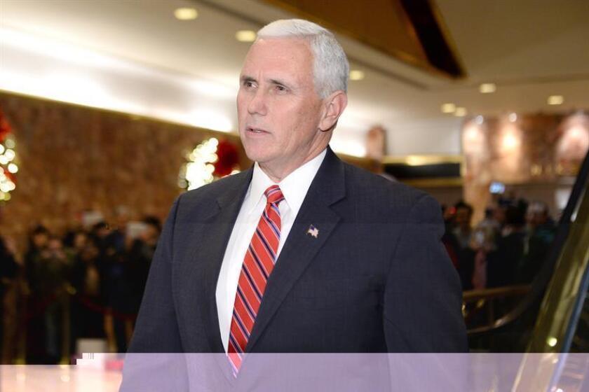 El vicepresidente electo de Estados Unidos, Mike Pence, a su salida de la Torre Trump en Nueva York. EFE/Archivo