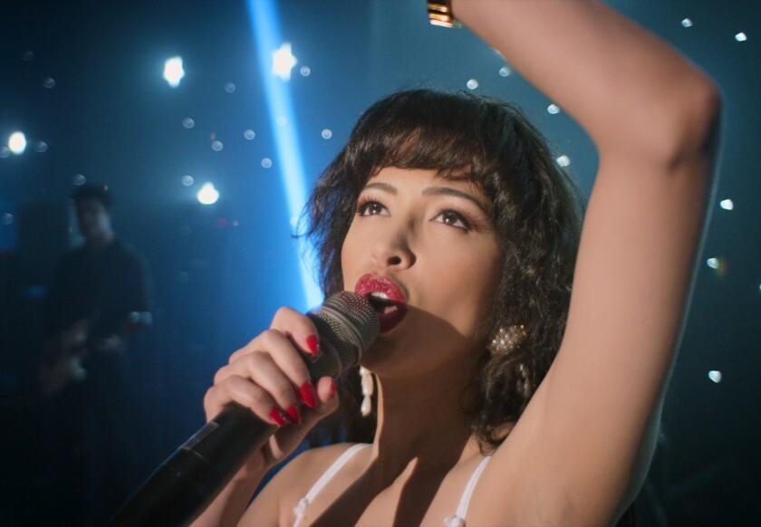 "Christian Serratos como Selena Quintanilla en una imagen de ""Selena: The Series"""