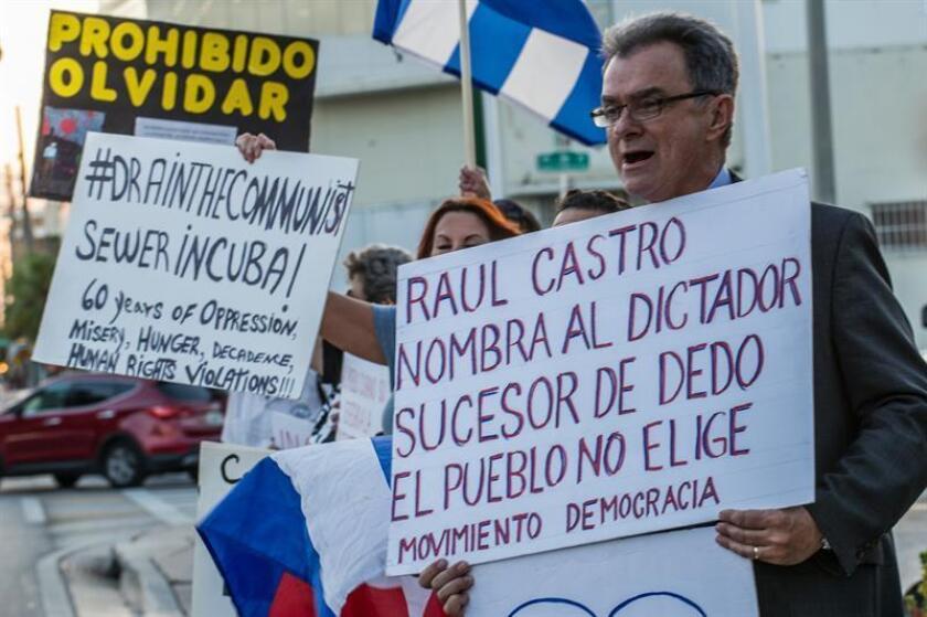 Miembros del exilio cubano recogieron más de mil firmas en Miami de cara a una petición para que se juzgue por crímenes de lesa humanidad al expresidente cubano Raúl Castro, informaron hoy medios locales. EFE/ARCHIVO
