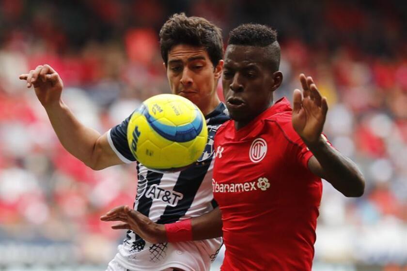 El jugador Christian Borja (d) de Toluca disputa el balón con John Medina (i) de Monterrey durante el juego correspondiente a la jornada 6 del torneo mexicano de fútbol celebrado en el estadio Nemesio Diez en la ciudad de Toluca (México). EFE