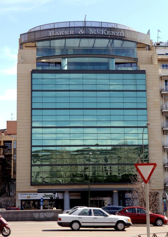 Fotografía de archivo del edificio sede de la empresa de abogados Baker & McKenzie en España. EFE/Archivo