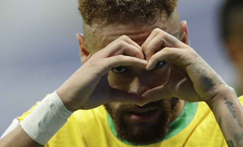 Neymar celebra tras anotar el segundo gol de Brasil