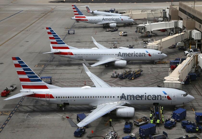 En esta fotografía del miércoles 17 de julio de 2019 se muestran aviones de American Airlines en el Aeropuerto Internacional de Phoenix, en Arizona. (AP Foto/Ross D. Franklin)