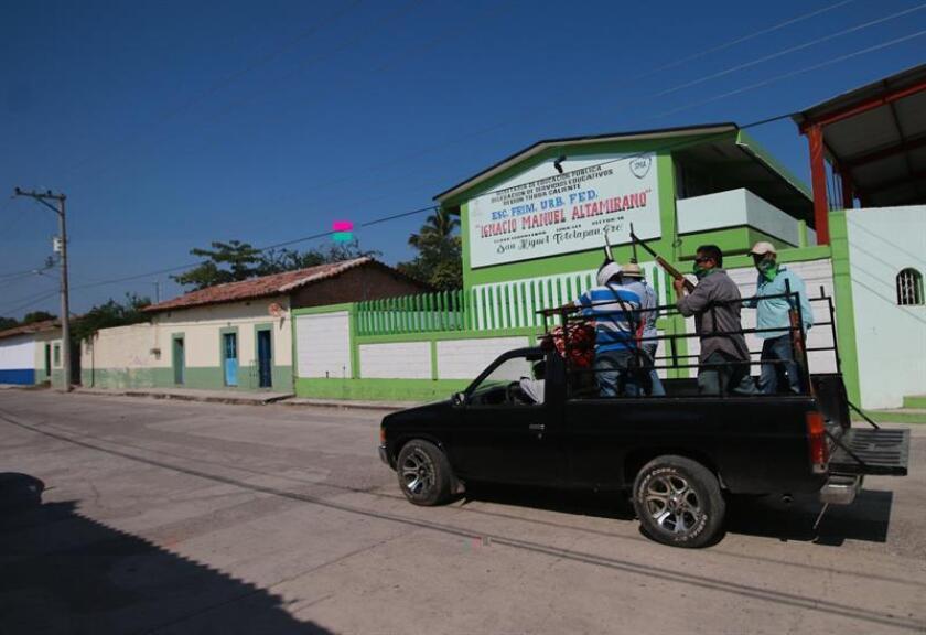 Habitantes armados vigilan hoy, miércoles 14 de diciembre de 2016, la población para evitar un posible ataque de un grupo criminal denominado Los Tequileros en San Miguel Totolapan (México). EFE