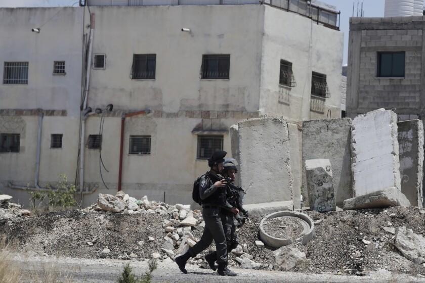 Policías israelíes cerca de donde una palestina atacó a israelíes cerca de la Intersección Hizmeh