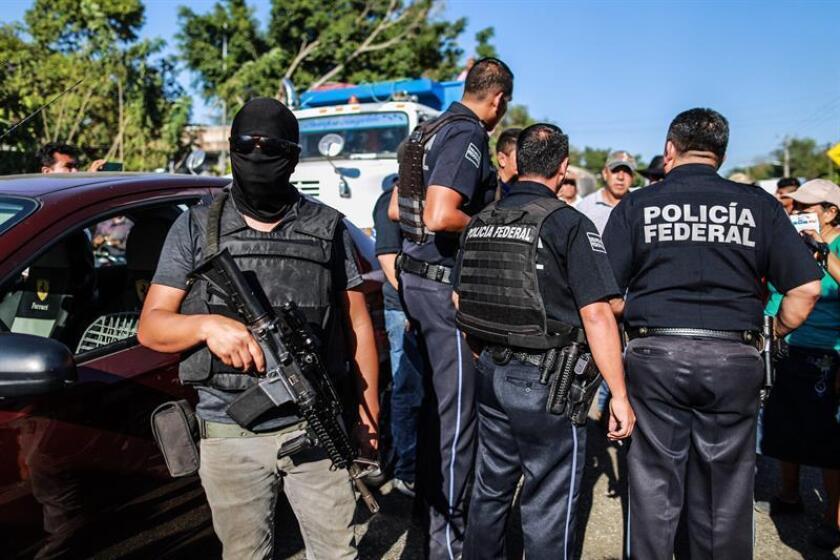 Policías participan en un operativo el pasado 15 de enero de 2019, en Acapulco, estado de Guerrero (México). La percepción de la inseguridad de los ciudadanos mexicanos disminuyó al pasar de 74,9 % de septiembre de al 73,7 % en diciembre de 2018, reveló hoy el Instituto Nacional de Estadística y Geografía (Inegi). EFE