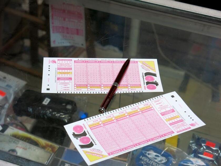 Detalle de dos boletas de lotería en el negocio Discolandia de la Calle Ponce de León en el Distrito de Santurce en San Juan (Puerto Rico). EFE/Archivo