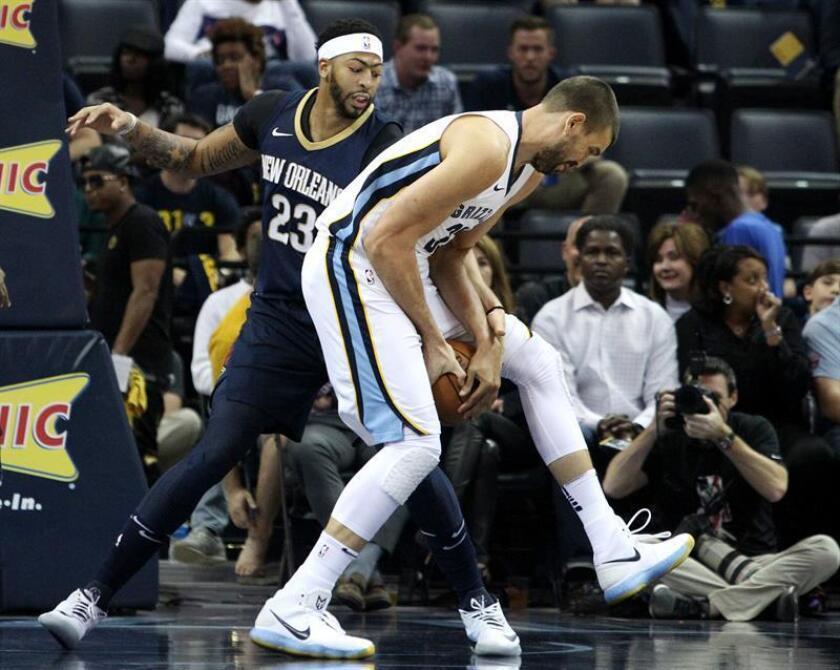 En la imagen, el jugador español Marc Gasol (d), que cambia los Grizzlies por los Raptors, disputando un balón con Anthony Davis (i), que permanece en los Pelicans de Nueva Orleans. EFE/Archivo