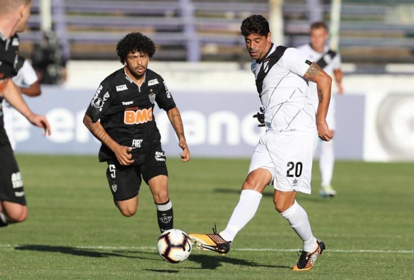 Carlos Grossmuller (d) de Danubio disputa el balón con Luan de Mineiro este martes en un partido de la Copa Libertadores entre Danubio de Uruguay y Atlético Mineiro de Brasil, realizado en el estadio Luis Franzini de Montevideo (Uruguay). EFE