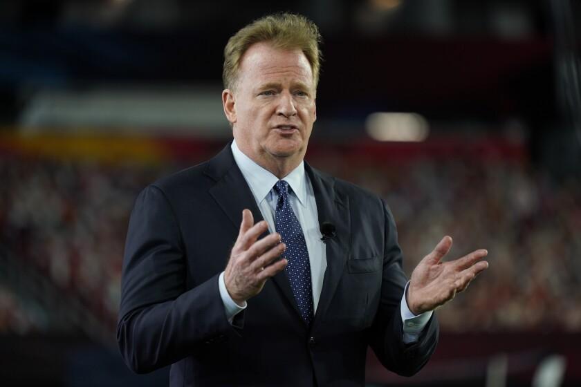 ARCHIVO - El comisionado Roger Goodell gesticula durante la ceremonia de premios de la NFL