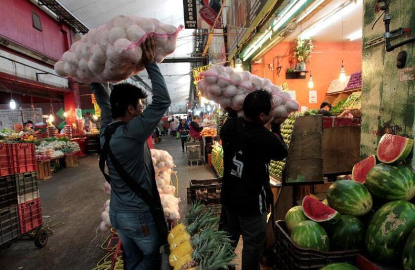 Fotografía que muestra a vendedores de la Central de Abasto en Ciudad de México (México). EFE/Archivo
