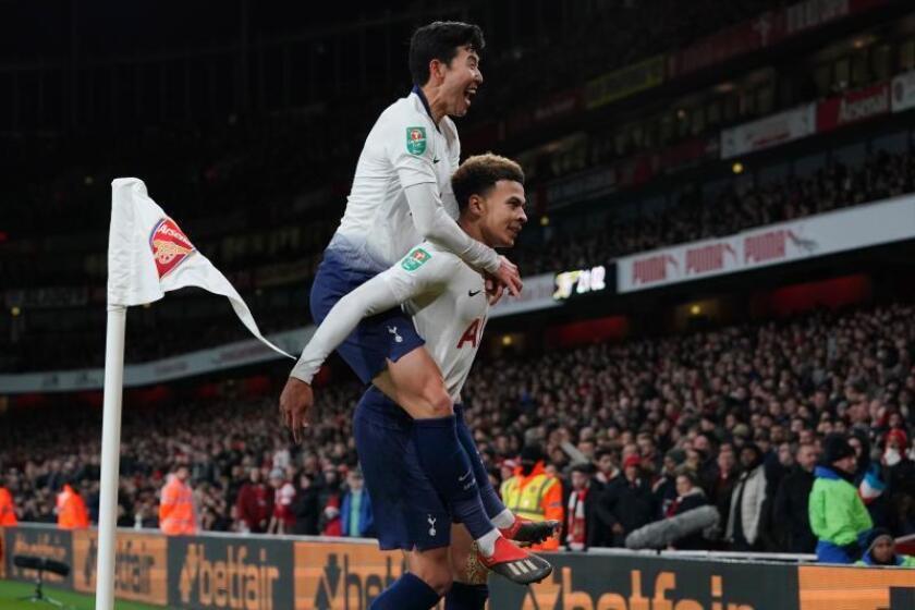 Son Heung-min (i) y Dele Alli del Tottenham celebran un gol hoy, durante un partido de cuartos de final de la Copa de la Liga de Inglaterra, entre el Arsenal FC y el Tottenham Hotspur, en el Emirates Stadium de Londres (R.Unido). EFE/