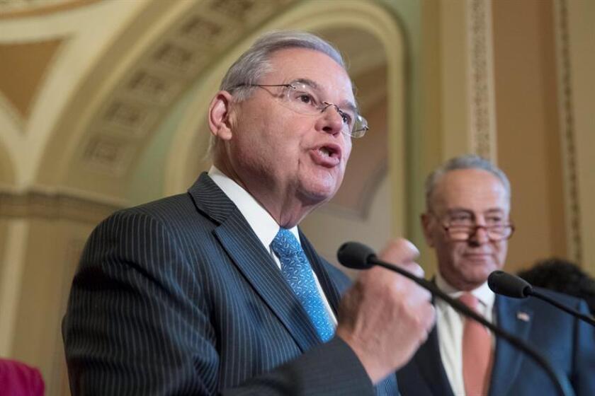 El senador demócrata por Nueva Jersey Bob Menendez (c) habla durante una rueda de prensa demócrata en el Capitolio en Washington (Estados Unidos). EFE/Archivo
