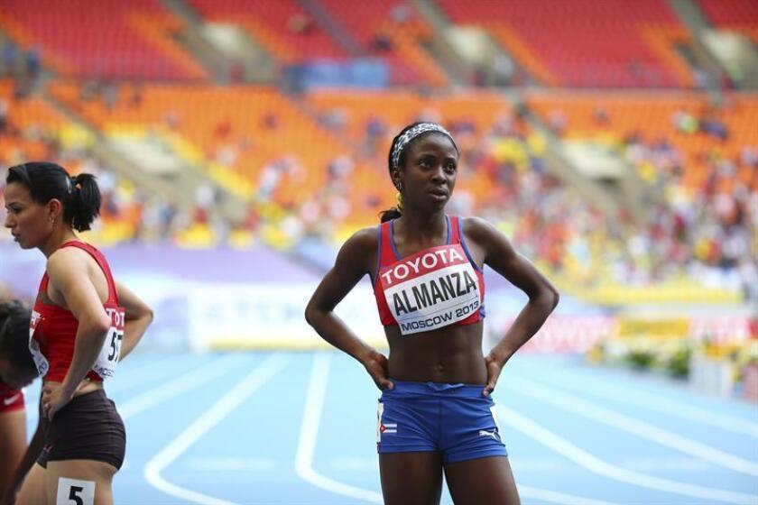 En la imagen un registro de la atleta cubana Rose Mary Almanza (d), quien se colgó la medalla de oro de la prueba de los 1.500 metros de los XXIII Juegos Centroamericanos y del Caribe, en Barranquilla (Colombia). EFE/Archivo